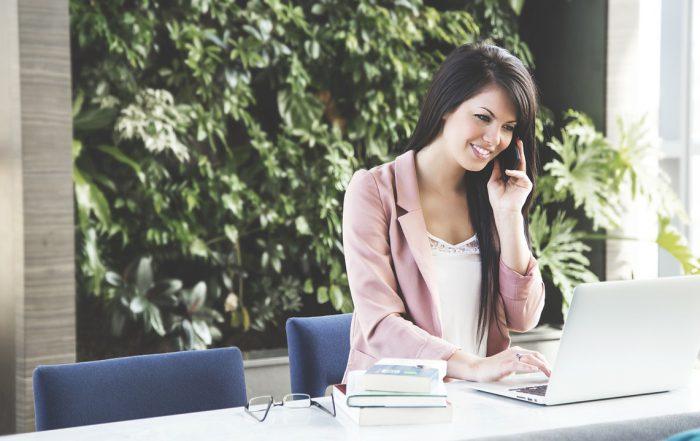 mujer cogiendo el telefono